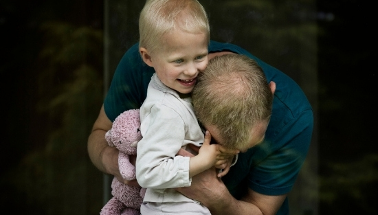 Pige med kræft krammer sin far